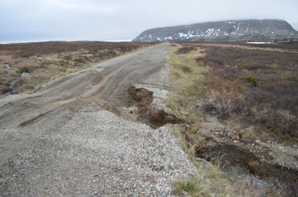 Noen steder har vårvannet gravd kraftig i vegen, som her ved Grøndbog mellom Tollvshaugen og Staksto.